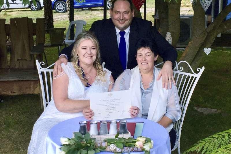 澳洲同婚法生效:塔斯馬尼亞LGBT人權運動者克羅姆出席1對女同志的婚禮(AP)