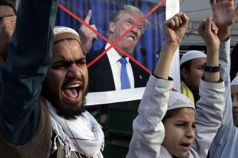 美國總統川普對巴基斯坦強硬施壓,引發巴國民眾強烈抗議(AP)