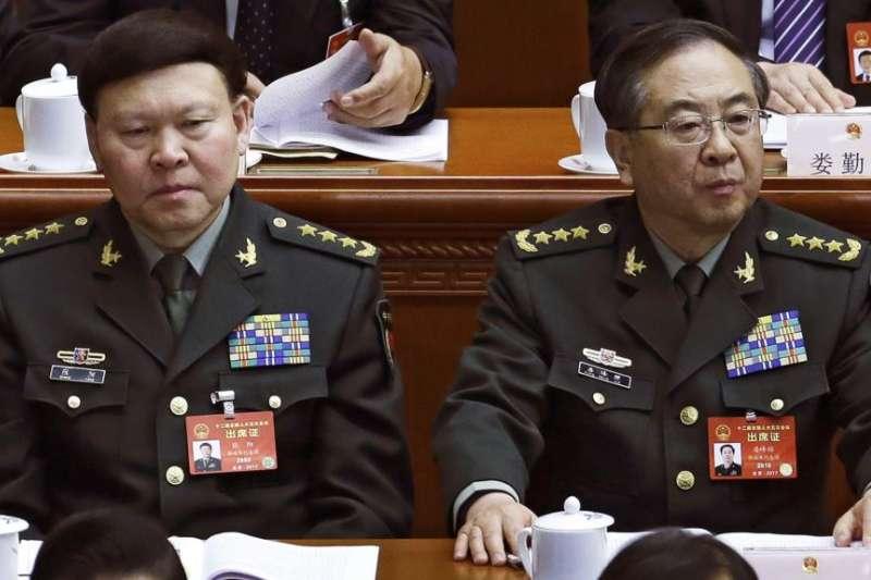 涉嫌行賄、受賄的中國人民解放軍上將房峰輝(右)、張陽(左)(新華社)