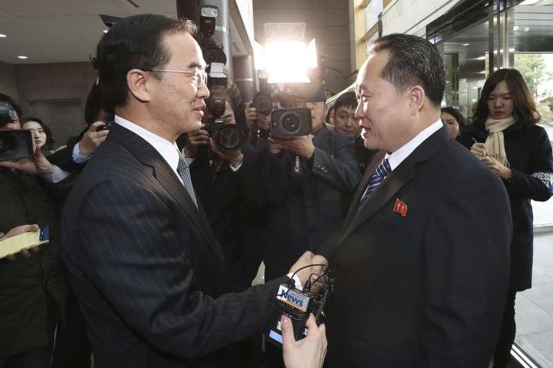南韓統一部長趙明均(左)和北韓祖國和平統一委員會委員長李善權,9日在板門店的和平之家見面。(美聯社)