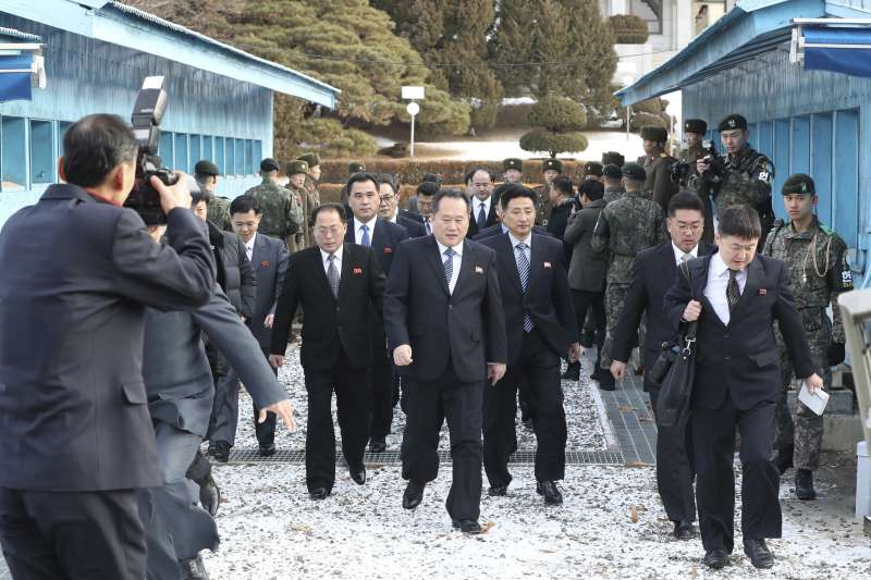 北韓祖國和平統一委員會委員長李善權(中)9日跨過南北韓分界線,準備進入板門店的和平之家。(美聯社)