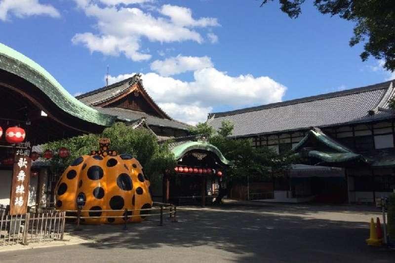 如今來到京都,除了古色古香的老城風情外,還可以在「Forever 現代美術館——祇園‧京都」,看看經典圓點女王草間彌生的大作,和感受一下當代藝術闖入古都的衝突趣味!(圖 /取自 Forever 現代美術館)