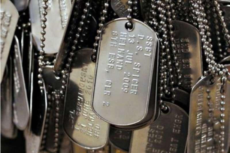 別名「狗牌」的金屬小牌子是美軍的重要配備,和每位軍人形影不離,它究竟是用來做什麼的呢?(圖/言人文化提供)