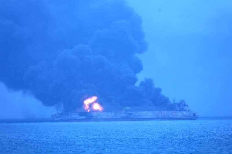 伊朗油輪SANCHI號6日在中國東海撞上香港貨輪,百萬桶凝析油露出恐燃燒一個月。(美聯社)