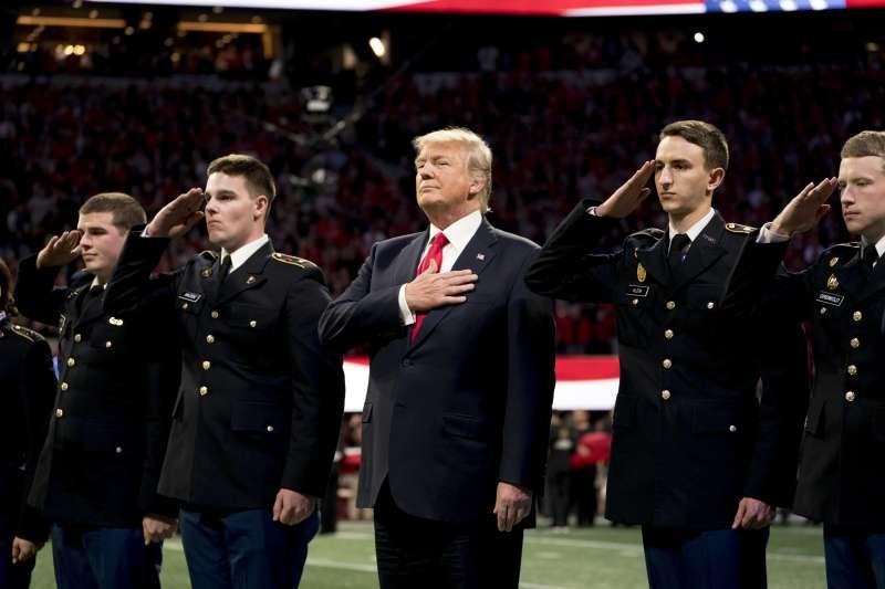美國總統川普唱國歌時支支吾吾,遭質疑不記得國歌歌詞。(美聯社)
