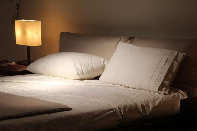 當出現睡眠困擾時,可不只是吃安眠藥就能解決。(示意圖/sferrario1968@pixabay)