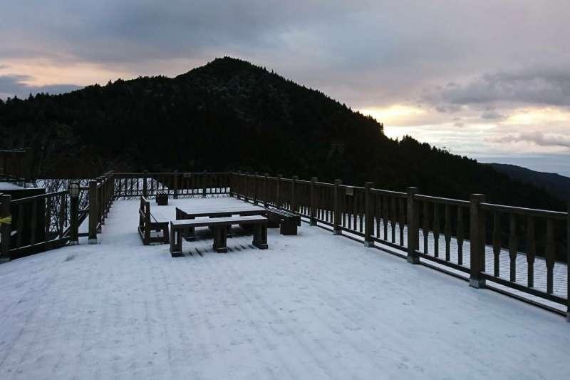在海拔約2000公尺宜蘭太平山今天凌晨4時餘,飄下今年第一場雪,太平山莊前廣場,地面積雪約1公分,好像披了白紗,旅客興奮。(圖/太平山國家森林遊樂區@facebook  )