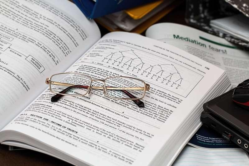拿著研究所學歷,薪水多半比大學畢業多,這是為什麼呢?(圖/Pixabay)