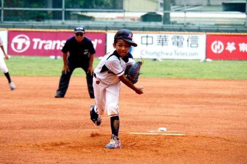 106年5月舉辦的華南金控少棒賽,宜蘭縣投手葉駿宏主投4.1局失3分,拿下勝投,幫助球隊以5:4勝出,小選手們表現精彩。(圖/中華棒球協會)