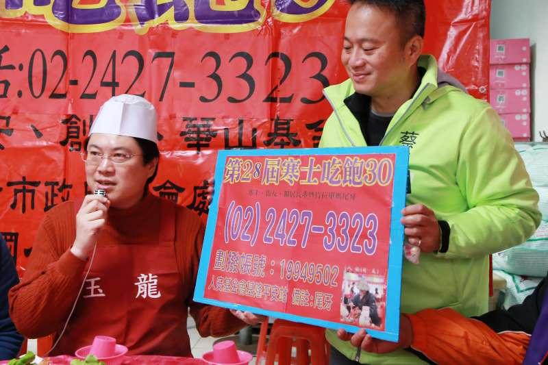 基隆市長林右昌12日上午化身總舖師,在人安基金會基隆平安站提前讓寒士試吃圍爐宴。(基隆市政府提供)
