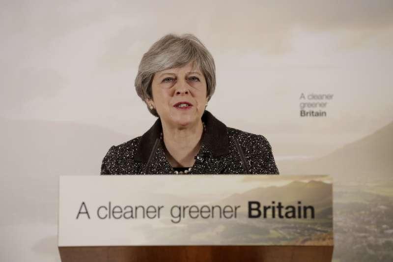 英國首相梅伊11日宣布未來25年的環保計畫,全國所有商店不得免費提供塑膠袋,顧客需花5便士(約2元台幣)購買,目標是在2042年前徹底消除「可避免的」塑膠垃圾。(美聯社)