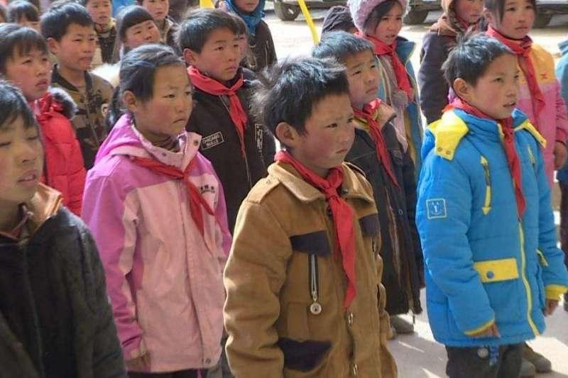冰花男孩王福滿每天都要走4.5公里山路上學。(取自網路)