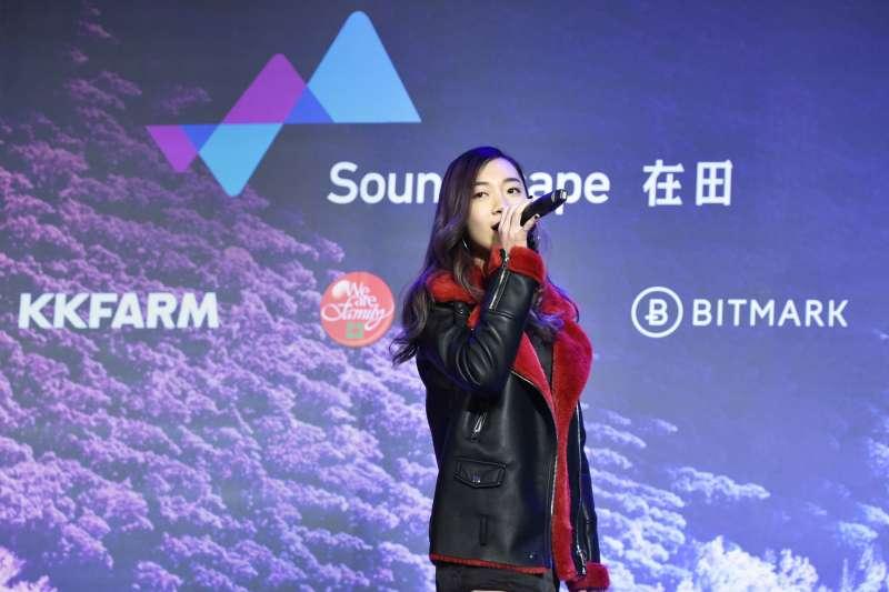 Soundscape音樂發行平台的成功案例歌手R&B新女聲Julia吳卓源現場演唱熱播單曲《買榜》(圖/KKFARM提供)
