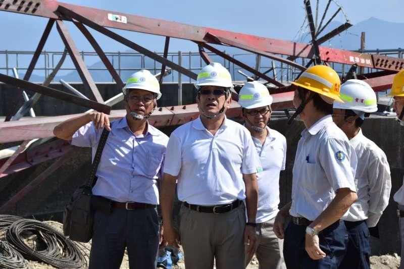 去年8月搶修和平電廠, 經濟部次長楊偉甫視察。(台電提供)