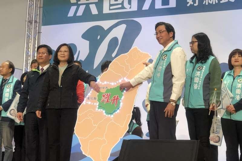總統蔡英文前往南投輔選,親自將「躍升」拼圖交予洪國浩,象徵點亮中台灣。(總統府提供)