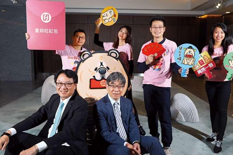 北富銀總經理程耀輝(前排左)主導跨部門腦力激盪,靠「敏捷開發」加速銀行業創新步伐,推線上產品。(攝影者.楊文財)