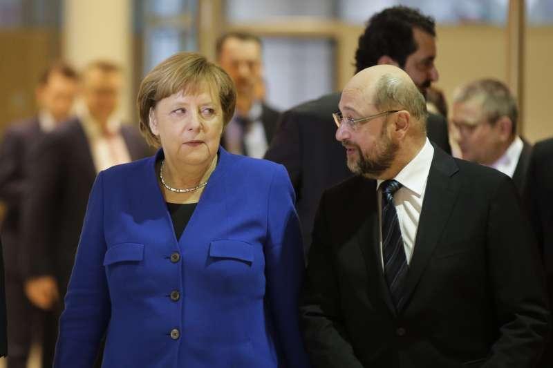 德國總理梅克爾(Angela Merkel,中)與社民黨領導人舒爾茨(Martin Schulz,右)達成組閣協議(AP)