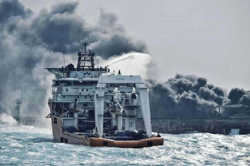 巴拿馬籍油輪「桑吉輪」(Sanchi)6日在東海撞上香港貨輪,引發爆炸與大火。(美聯社)