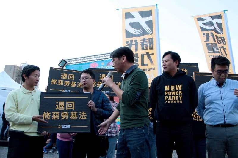 2017年1月14日,時代力量在台北舉辦「台灣新時代,人民來公投」連署活動,時力立委只有黃國昌、徐永明出席(時代力量黨團)