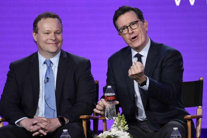 《史蒂芬柯貝爾晚間秀》主持人史蒂芬柯貝爾(Stephen Colbert)(右)。(美聯社)