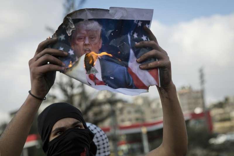 2017年12月,川普宣布承認耶路冷為以色列首都,巴勒斯坦民眾強烈抗議(AP)