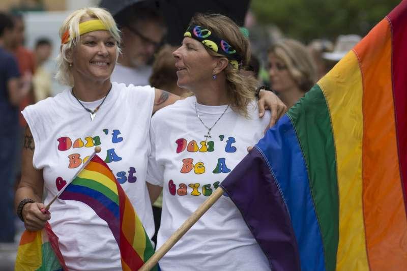 「美洲人權法院」裁定,同性戀伴侶應該和異性戀伴侶享有相同權利,各國不能歧視同性伴侶。圖為參加同志遊行活動的民眾。(美聯社)