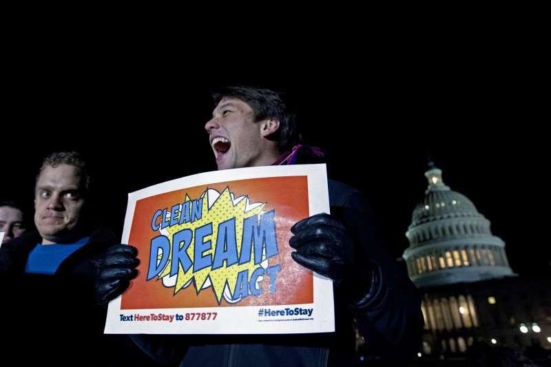 要求兩黨保護年輕非法移民「DREAMERS」的美國民眾在國會外示威(AP)