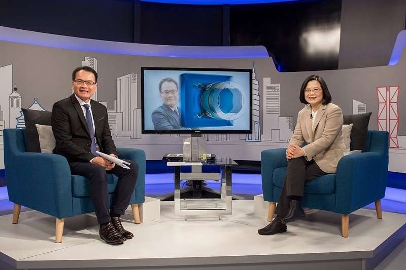 蔡英文總統接受三立電視主持人鄭弘儀訪問。(總統府提供)