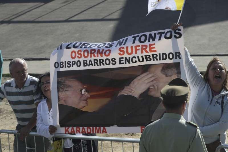 智利民眾抗議教宗方濟各力挺被指控包庇性侵神父的智利主教巴洛斯(Juan Barros)(AP)