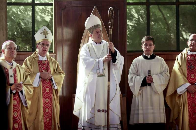 被指控包庇性侵神父的智利主教巴洛斯(Juan Barros)得到教宗方濟各力挺(AP)