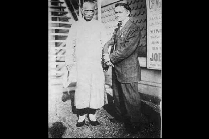 juanzuai122朱連魁(金陵福)和魔術大師哈利·胡迪尼的合照。(取自維基百科)