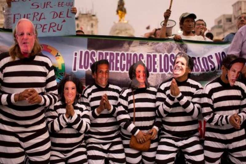 奧德布雷赫特建設公司行賄秘魯政壇領袖的醜聞被踢爆後,憤怒的秘魯民眾戴著那些涉案的政客面具走上首都利馬的街頭,要求司法單位將這些收賄官員關入大牢(AP)