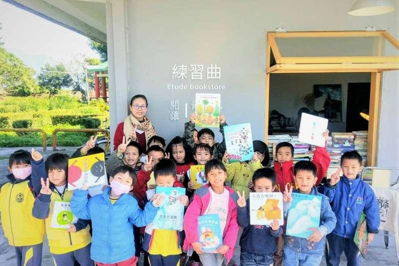 花蓮新城國小的棒球教練胡文偉,找朋友募集200多本、整理出「練習曲」空間,這間「不賣書的書店」卻陪伴棒球少年們成長。(圖/練習曲書店@facebook)