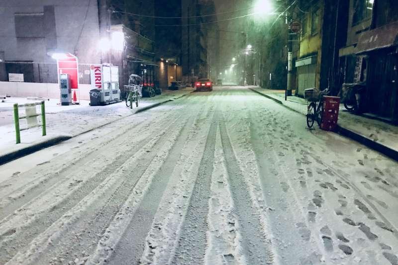 北海道的雪較乾,拍一拍就掉了;東京的濕雪,則是會把人弄得又濕又冷啊!(圖/張維中提供)
