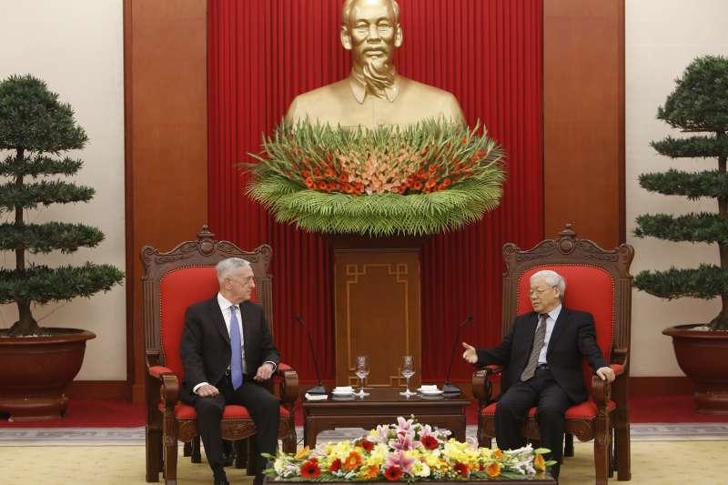 2017年1月,美國國防部長馬提斯訪問越南,會晤越越共總書記阮富仲,兩人後方為胡志明銅像(AP)