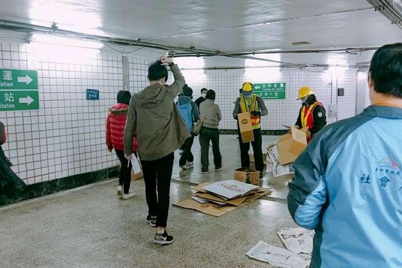 台中市社會局日前拜訪70多位街友,並提供就業或庇護安置等措施,希望幫助街友們自立生活。(台中市社會局提供)