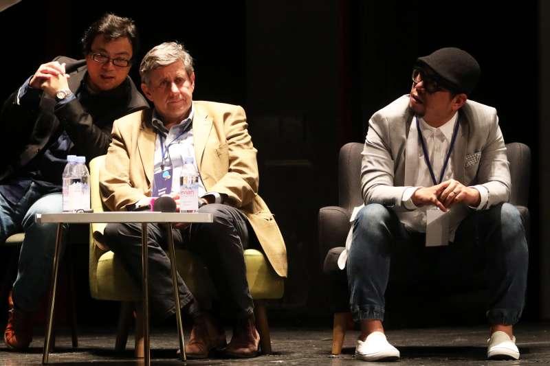 20180125-《學習如何學習》的套書作者Jér?me Saltet(左)、「雜學?!剐iL蘇仰志(右)晚間出席「想像力奪權 思辨之夜」活動,並於會中分享。(蘇仲泓攝)