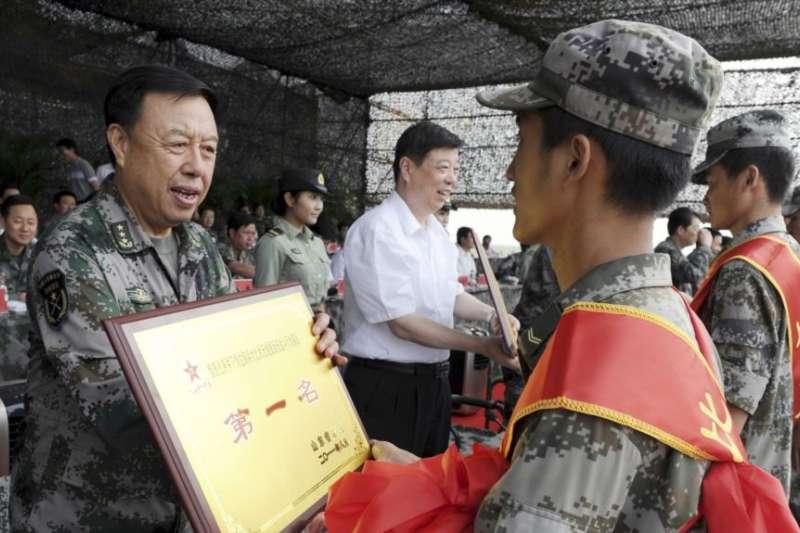 2011年8月6日,中國濟南軍區司令員范長龍(左)在山東濰坊給軍事技能大賽的優勝者發獎。(美國之音)