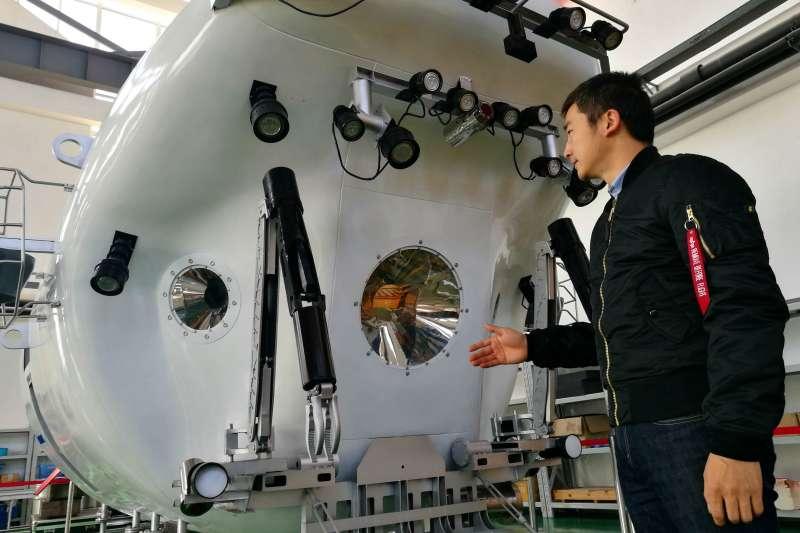 中國崛起耗時四十年。圖為中國國家深海基地的蛟龍號。(新華社)