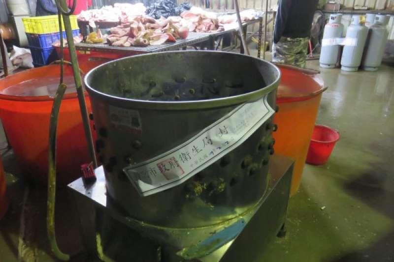 新北市衛生局協同台北市調查處前往八里區地下豬頭皮工廠實施行政稽查,發現業者使用瀝青正在進行豬頭皮脫毛作業。(新北市政府衛生局提供)