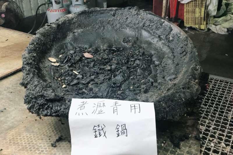 新北市衛生局協同台北市調查處前往八里區地下豬頭皮工廠實施行政稽查,發現業者用來烹煮瀝青的鐵鍋。(台北市調查處提供)