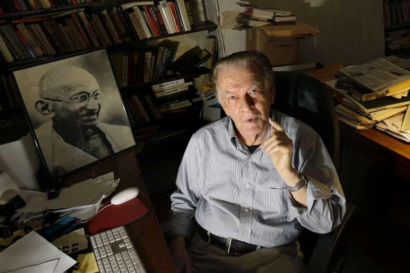 「非暴力抗爭」理論大師夏普(Gene Sharp),左為甘地肖像(AP)