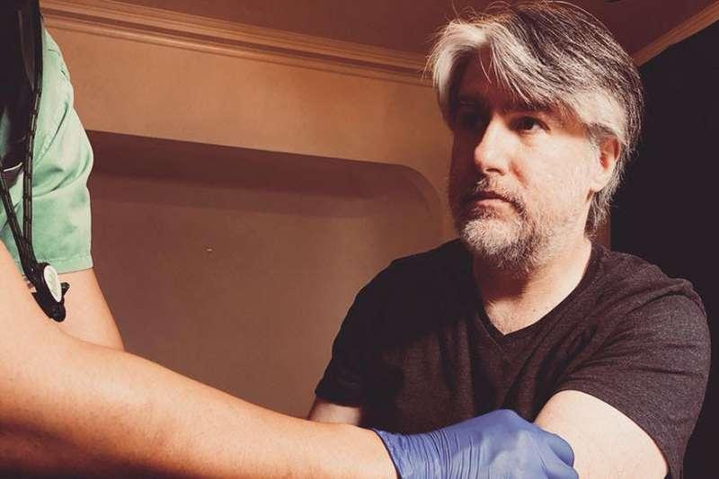 愛爾蘭攝影家艾伯許(Kevin Abosch)為他的藝術虛擬貨幣「IAMA Coin」捐血。(Kevin Abosch)