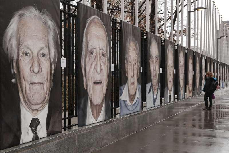 聯合國的紐約總部展示猶太人大屠殺倖存者的照片。(美聯社)