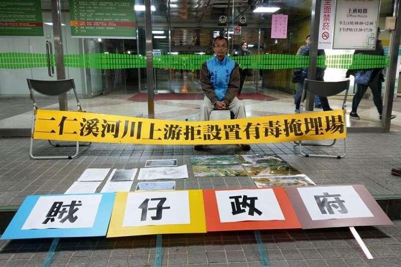 牛埔里里長陳永和抗議台南市政府,核發掩埋場水保許可。(邱春華提供)