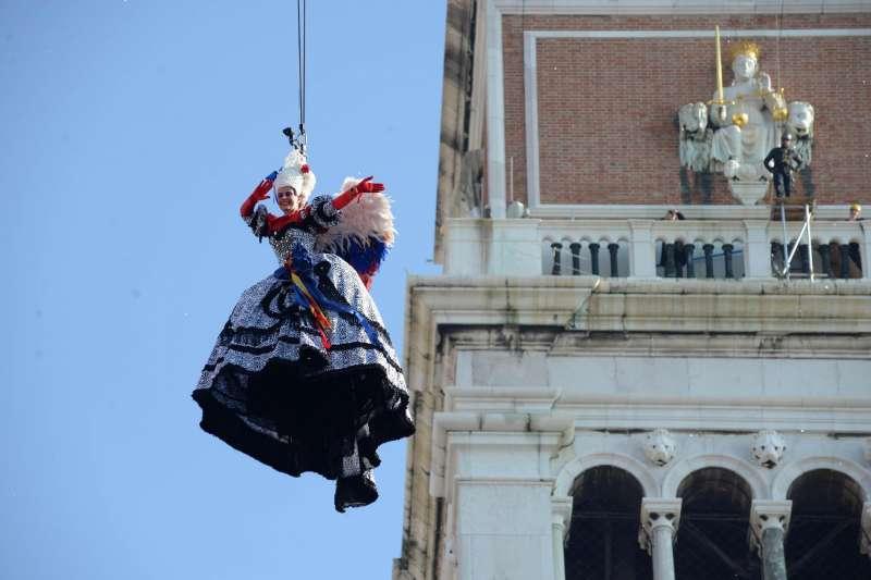 義大利威尼斯嘉年華4日的開幕式「天使降臨」(AP)