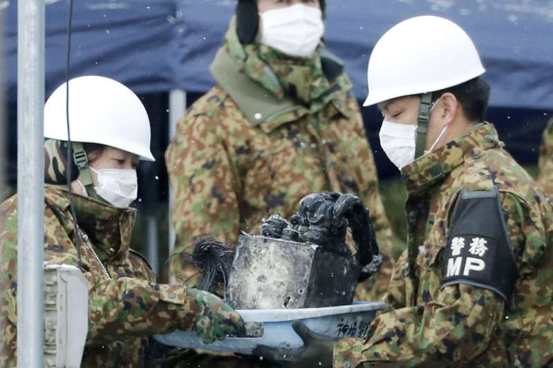 日本陸上自衛隊的阿帕契直升機5日在佐賀縣神埼市墜毀,引發民宅大火。(美聯社)