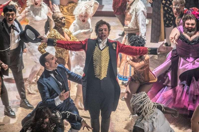 在電影《大娛樂家》中,休傑克曼飾演馬戲團大亨,而歷史上真有其人、也遠比電影中的形象更為惡劣。(圖/Greatest Showman@facebook)