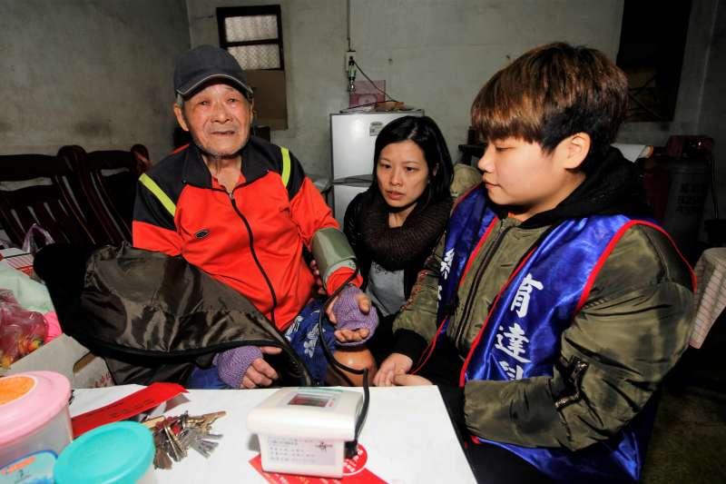 育達健康照顧社會工作系主任劉舒文親自為老人家量血壓。(圖/育達科大提供)