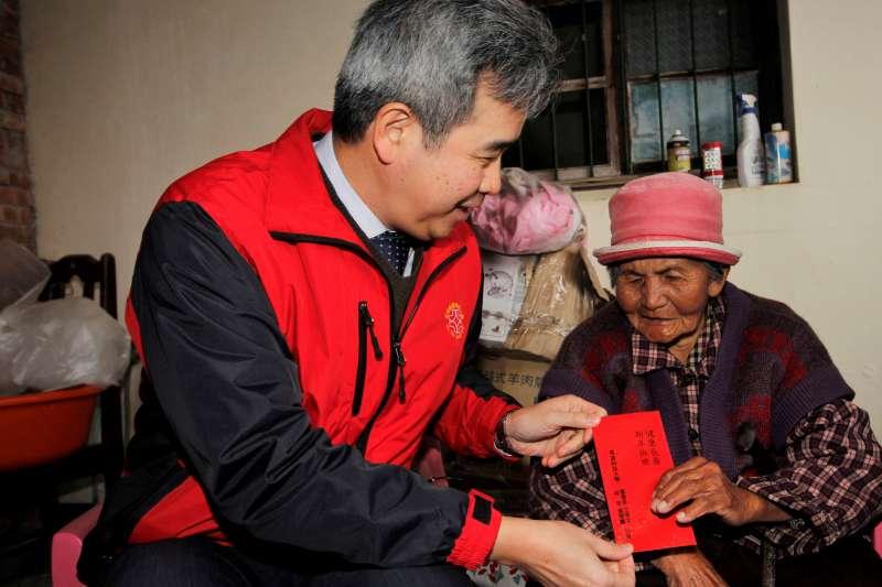 育達董事長王育文於活動中壓軸致贈紅包,讓長輩們過個好年。(圖/育達科大提供)
